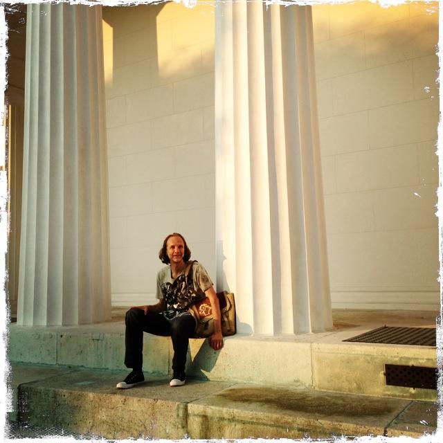 Friedrich Howanietz sitzt hier beim Tempel